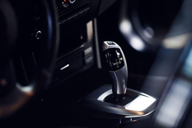 Close de um botão de transmissão automática em um carro novo e moderno