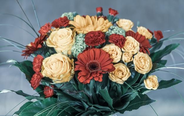 Close de um buquê de flores com um fundo desfocado
