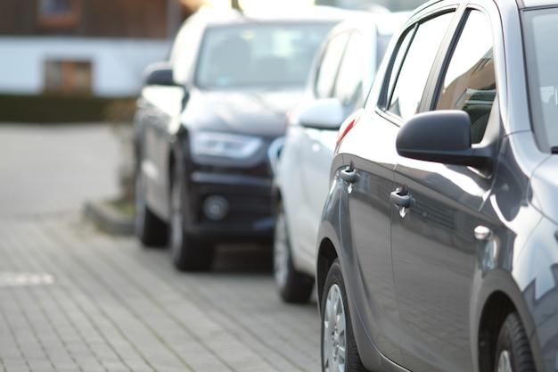 Close de um carro preto no estacionamento com um fundo desfocado