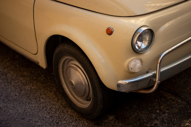 Close de um carro retrô branco legal estacionado na rua