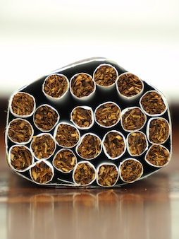 Close de um cigarro e da folha de tabaco que está nos cigarros