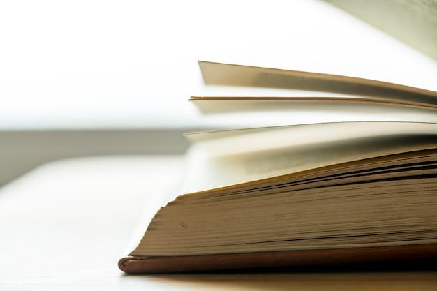Close de um conceito educacional, acadêmico e literário de livro aberto