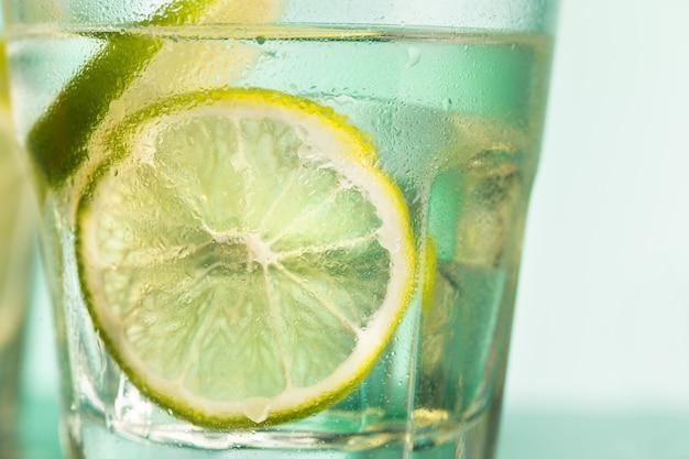 Close de um coquetel de cabo ou vodka cranberry