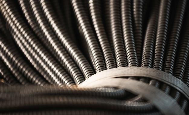 Close de um enorme monte de tubos flexíveis de metal interconectados em uma fábrica ou planta. o conceito de moderna tecnologia eletrônica e de ti. copyspace