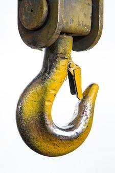 Close de um gancho de guindaste amarelo de elevação