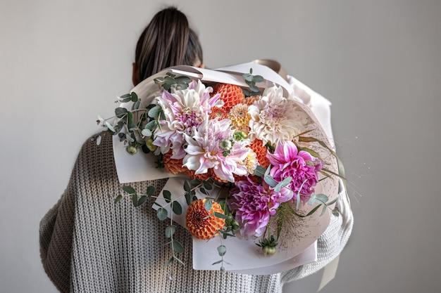 Close de um grande buquê festivo com flores de crisântemo