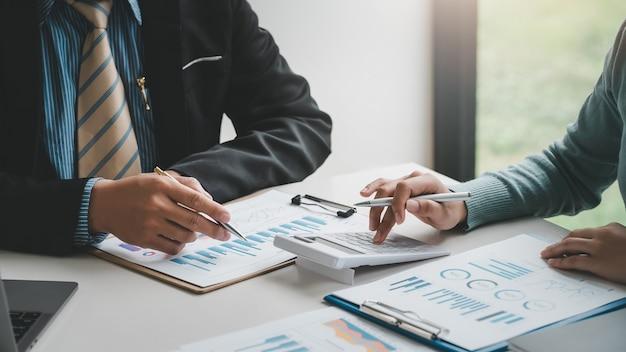 Close de um grupo de executivos de brainstorming descreve a lista de trabalho conjunto no escritório.