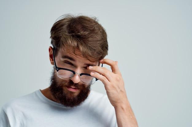 Close de um homem barbudo com problemas de saúde de visão deficiente