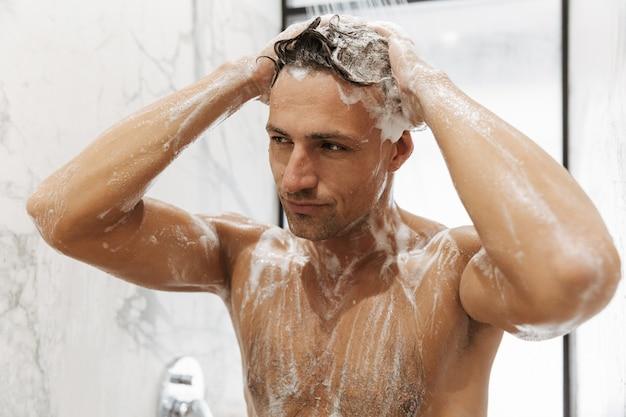 Close de um homem bonito tomando banho