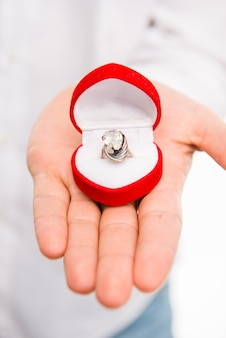 Close de um homem com uma aliança de casamento
