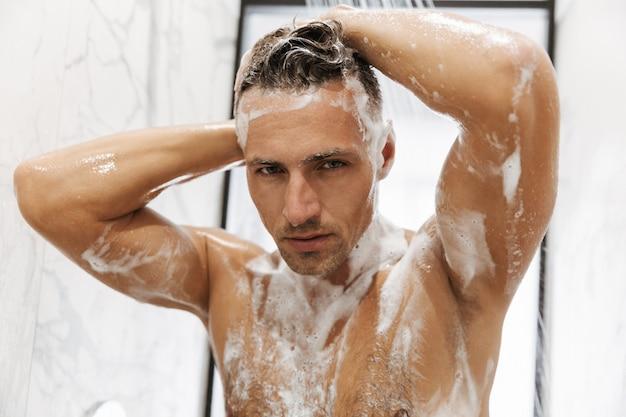 Close de um homem concentrado tomando banho