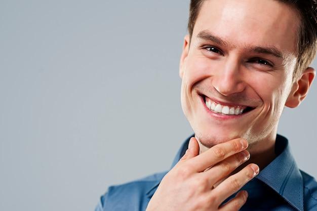 Close de um homem sorridente