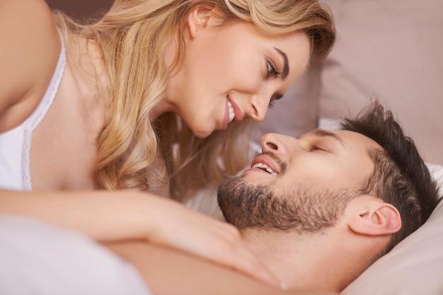 Close de um jovem casal encantador durante as preliminares