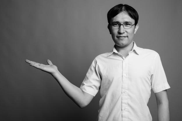 Close de um jovem nerd asiático usando óculos