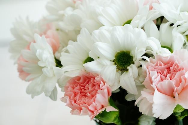 Close de um lindo buquê com flores coloridas e margaridas transvaal sob as luzes
