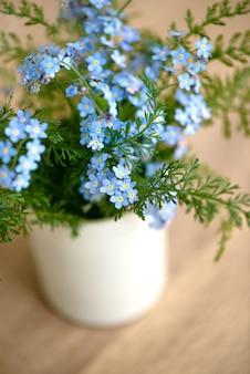 Close de um lindo buquê de flores azuis que não te esqueças de mim