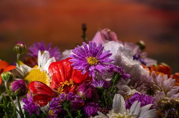 Close de um lindo buquê de flores brilhantes
