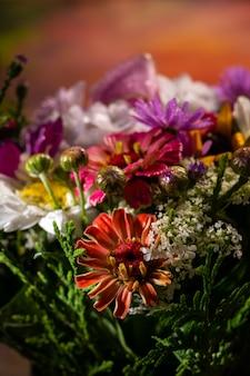 Close de um lindo buquê de flores brilhantes Foto Premium