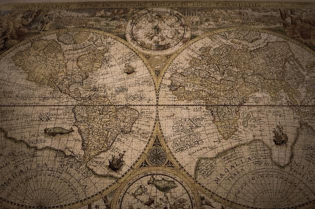 Close de um mapa-múndi vintage feito com quebra-cabeças