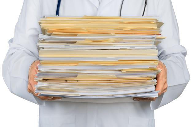 Close de um médico com uma pilha de documentos, arquivos
