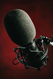 Close de um microfone de streaming sobre vermelho