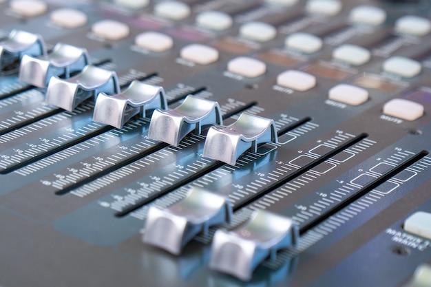 Close de um mixer de áudio, mixagem musical acústica de som, música