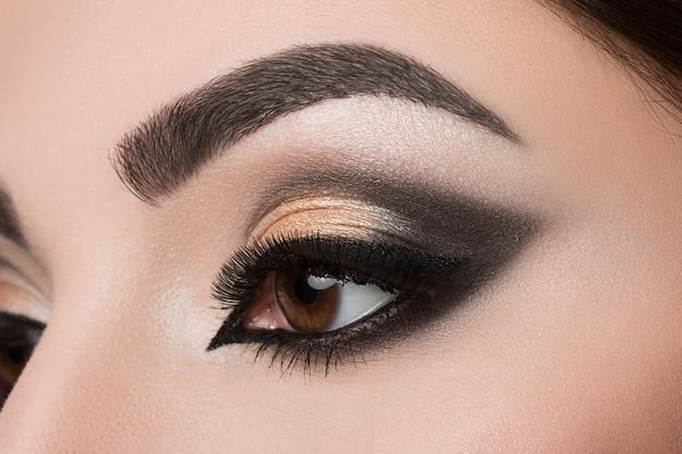 Close de um olho de mulher com uma bela maquiagem árabe