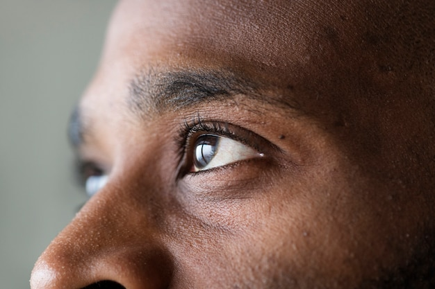 Close de um olho de um homem negro