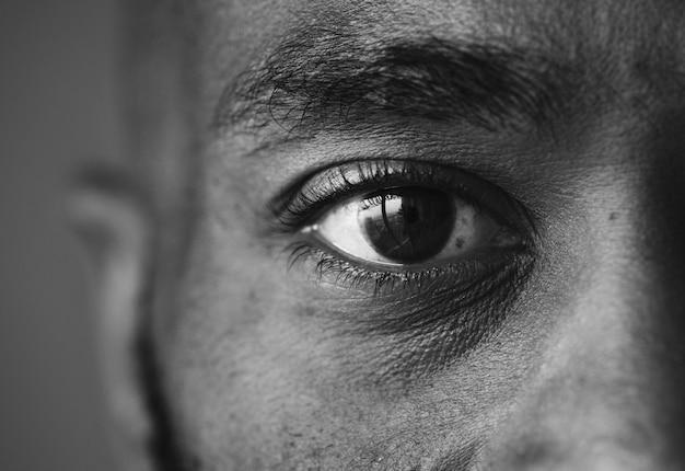 Close de um olho de um homem