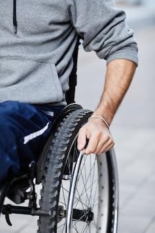 Close de um paciente do sexo masculino sentado em uma cadeira de rodas ao ar livre