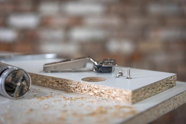 Close de um parafuso auto-roscante, parafuso para madeira no artesanato do carpinteiro.