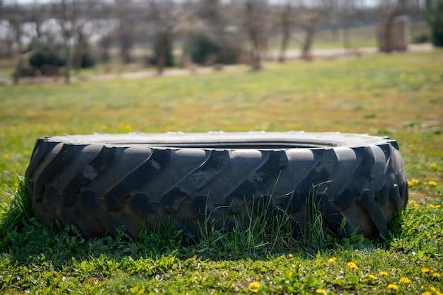 Close de um pneu em um campo com flores amarelas