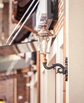 Close de um poste de luz no prédio estilizado com uma lâmpada de gás retrô