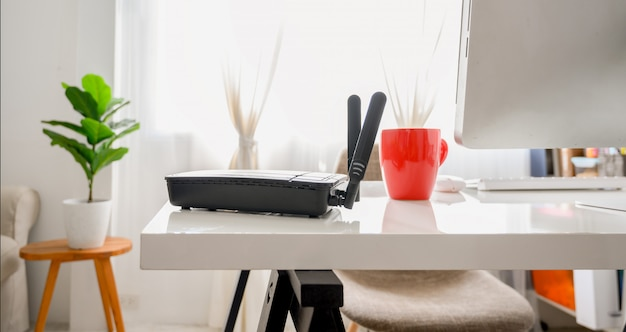 Close de um roteador sem fio na sala de estar em casa ofiice, equipamento para trabalhar em casa