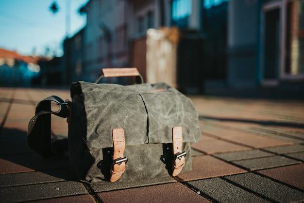 Close de um saco de pão romeno cinza no chão na rua
