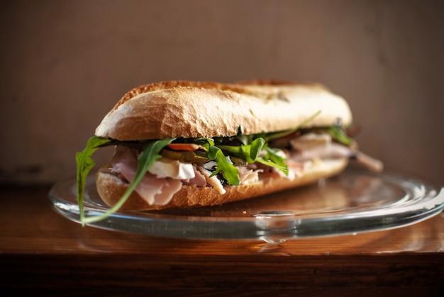 Close de um sanduíche deliciosamente feito