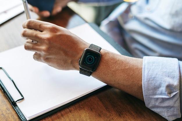 Close de um smartwatch no braço do homem