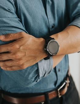 Close de um smartwatch no pulso de um homem