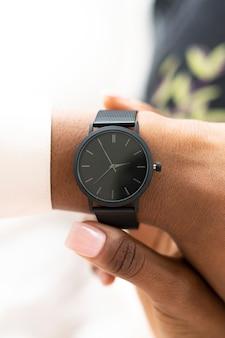 Close de um smartwatch no pulso de uma mulher