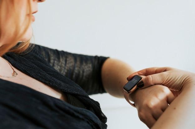 Close de um smartwatch rosa