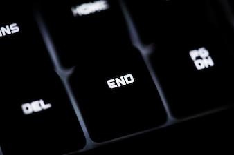 Close de um teclado de computador preto e botão END