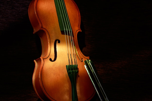 Close de um violino ligado com um fundo escuro