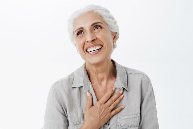 Close de uma adorável velhinha feliz rindo e sorrindo