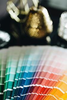Close de uma amostra de cor sobre uma mesa