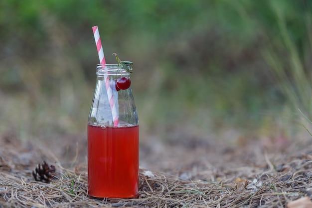 Close de uma bebida de desintoxicação vermelha com um canudo vermelho