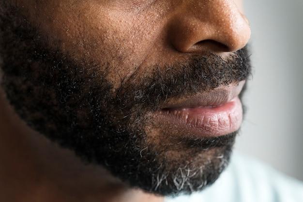 Close de uma boca de um homem negro