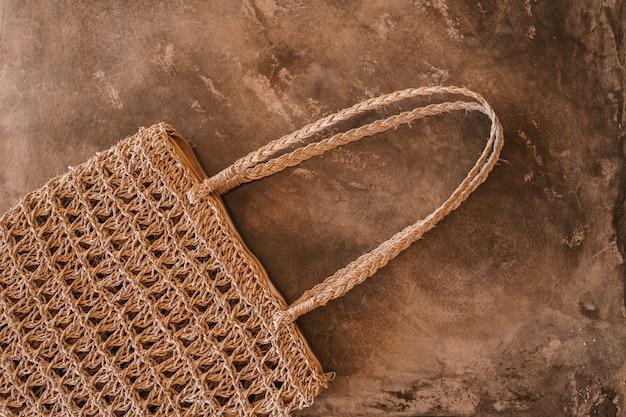 Close de uma bolsa marrom no chão durante o dia