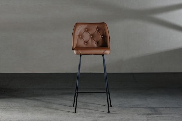 Close de uma cadeira sem braços com encosto côncavo, móveis em estilo loft