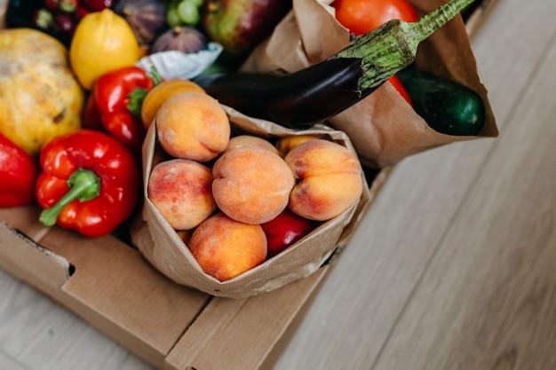 Close de uma caixa cheia de frutas e vegetais orgânicos frescos