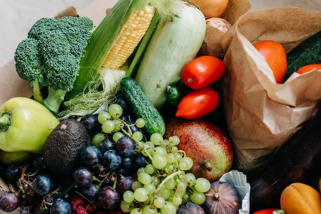 Close de uma caixa cheia de vários vegetais e frutas orgânicas frescas. conceito de entrega de comida